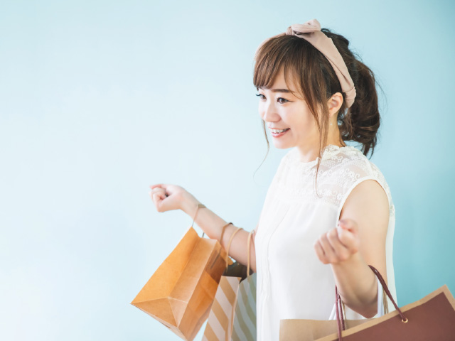 服を買う女性